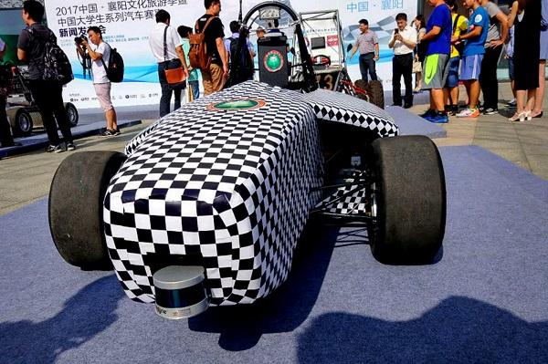 北京理工大学展示自动驾驶方程式赛车