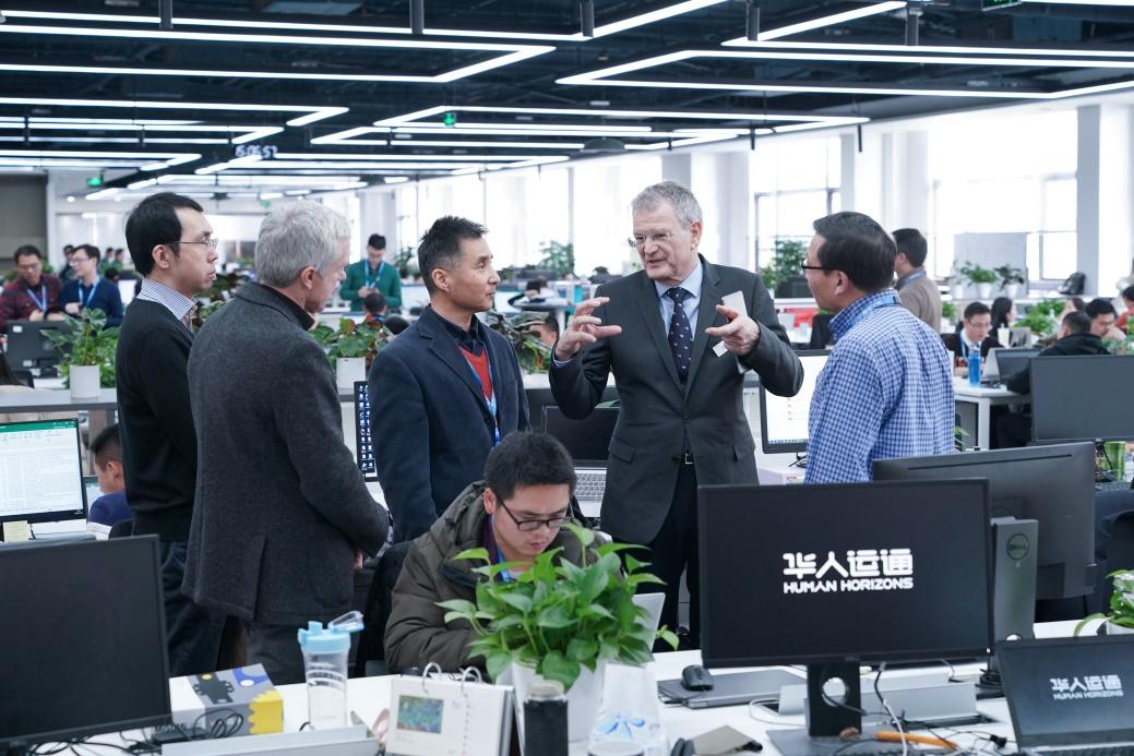 辛德勒博士与华人运通CTO马克•斯坦顿(左二)、副总裁陈俊(左三)、副总裁宋京(右一)交流探讨