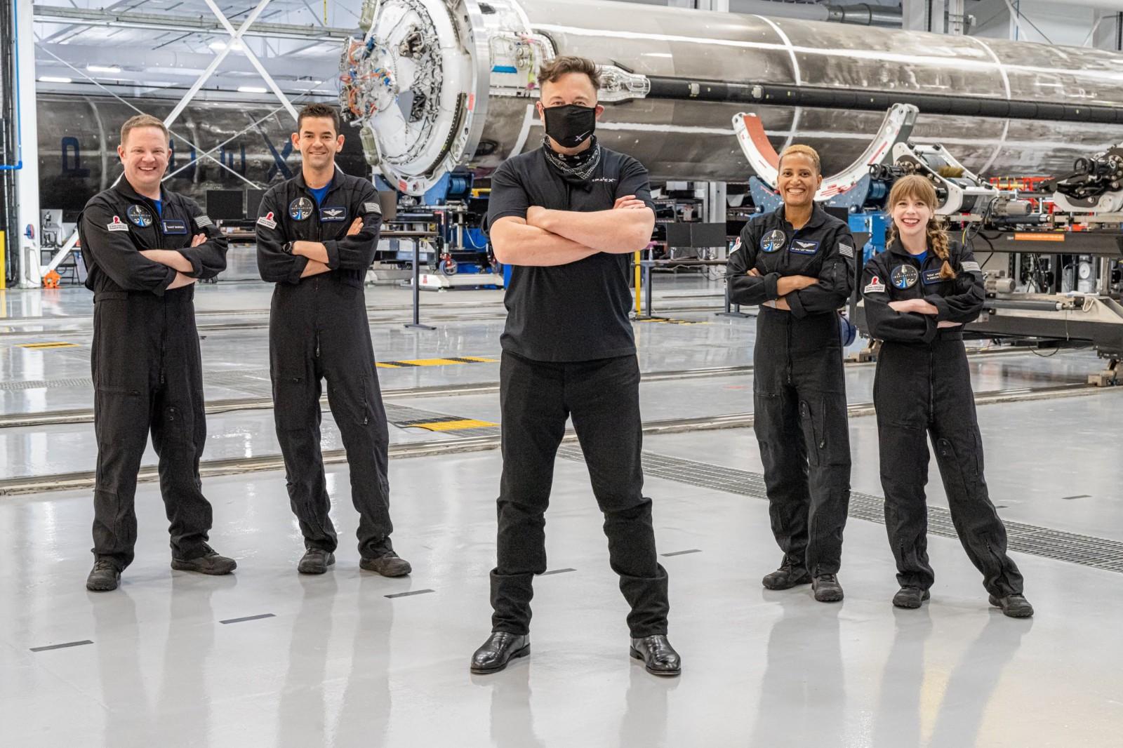 马斯克和四名非专业宇航员合影