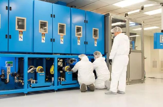 科罗拉多州路易斯维尔的固态电池试制工厂,工人们正在检查用于固态电池开发的设备(图片来源:Solid Power)