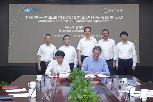 拜腾总裁兼联合创始人戴雷博士与中国一汽总经理助理、产品规划及项目管理部部长梁贵友签署战略合作框架协议