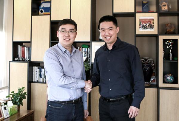 滴滴出行创始人、CEO程维(左)与车和家创始人、董事长兼CEO李想(右)