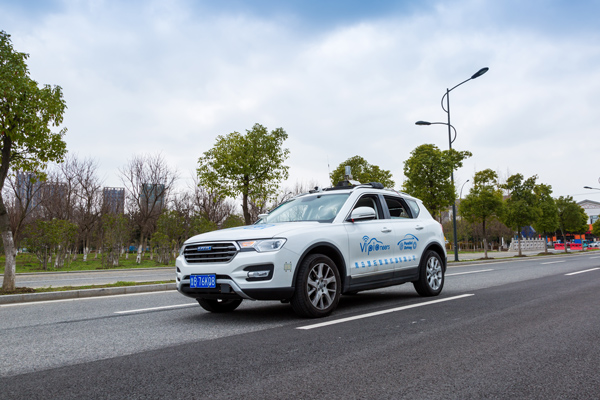 在常熟智能车中心演示平行驾驶技术的其中一辆测试无人车