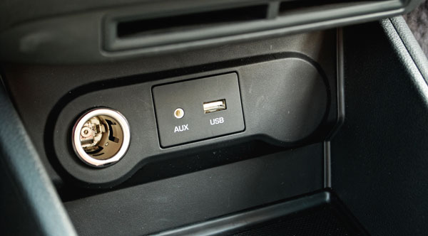 AUX和USB功能,在车上听音乐的人估计对这个很熟悉也很需要