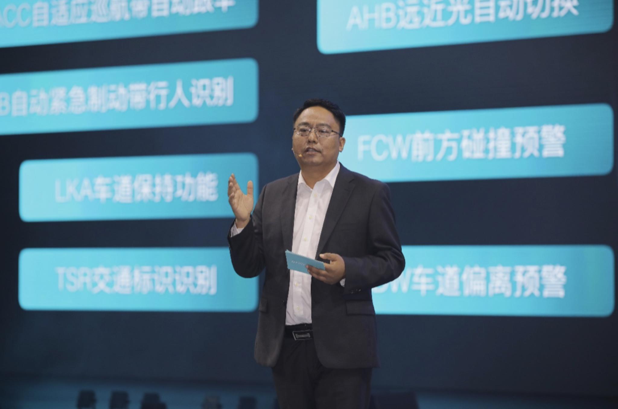 """电咖汽车CTO牛胜福博士介绍以iMA智能数字化架构所构成的""""智慧大脑""""为核心的ME7""""数字引擎"""""""
