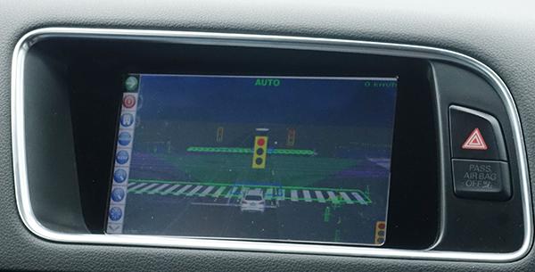车内显示屏在红绿灯路口显示了三个红绿灯图像,信息分别来自摄像头和V2X