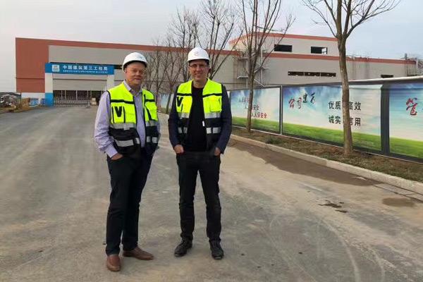 戴雷(右) 与 拜腾南京工厂负责人 马督胜(左)