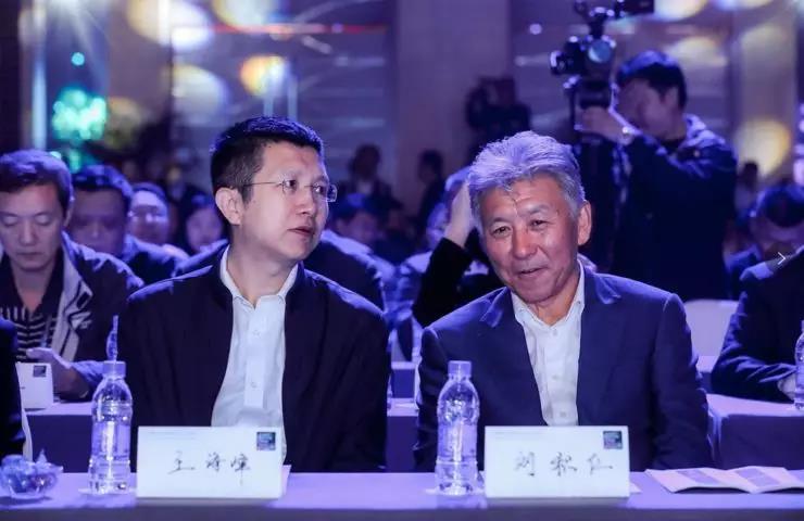 百度CTO王海峰(左)与东软董事长兼CEO刘积仁(右)