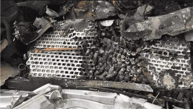 烧毁的特斯拉电池包