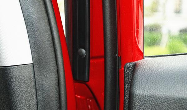 悦纳四个车门都采用了全向的双层密封条设计
