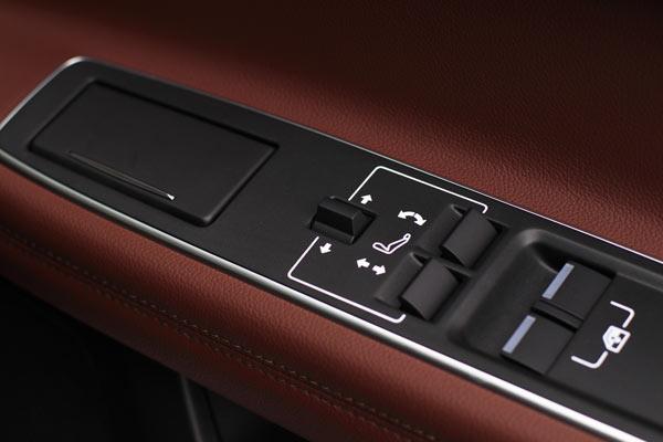 后排主席座的副驾驶座椅控制按钮