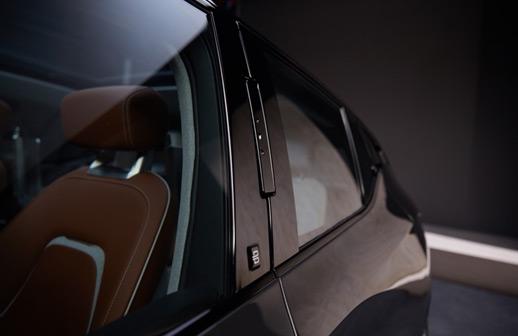 BYTON概念车的脸部识别摄像头精致地嵌在B柱上