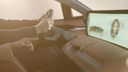 手势传感器位于中控台中央,支持手势控制共享全面屏