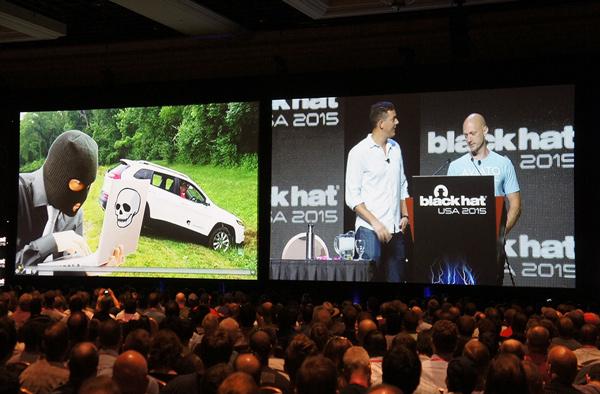 白帽黑客Charlie Miller和Chris Valasek在2015年Defcon黑客大会上演示如何入侵汽车