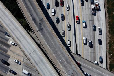 """无人驾驶汽车的新""""战场?#20445;?#36965;控车来了"""