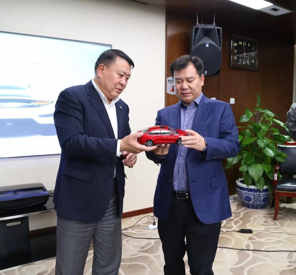 北汽集团党委书记、董事长徐和谊 向张近东赠送北汽新能源EU5车模