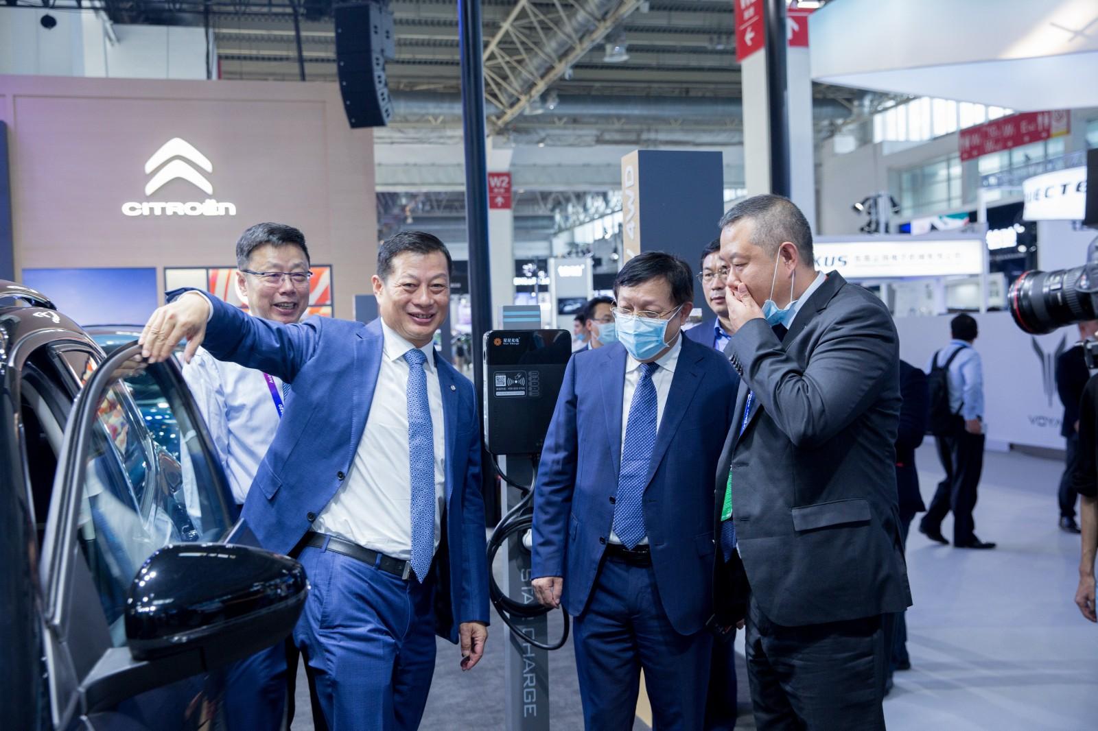 东风汽车集团董事长竺延风来展台体验雪铁龙汽车