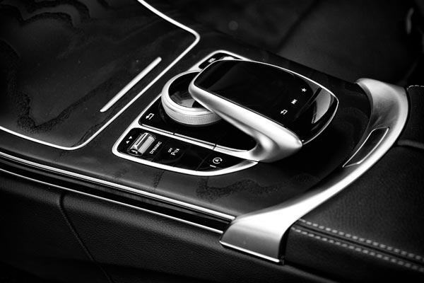 """请注意在控制区左上角的""""敏捷操控选择功能拨轮"""",驾驶这辆旅行车的时候,随时可以通过这个拨轮调整车辆的操控性格"""