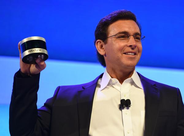福特CEO马克·菲尔兹手里拿的是Velodyne的Ultra Puck固态激光雷达