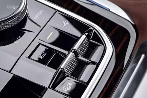 全新宝马X5官图曝光:搭载双屏互联系统,配置激光大灯、空气悬挂