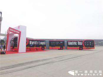 27米长全球最长四驱纯电动大巴深圳诞生