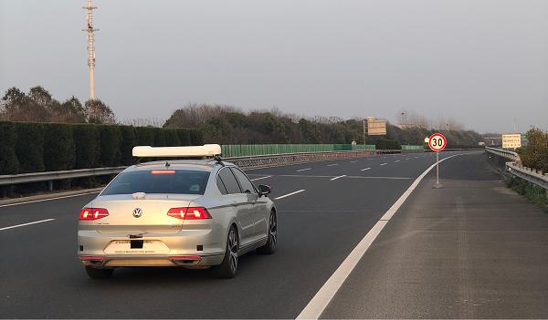 禾多科技正在进行高速公路的限速测试,车顶搭载的是考试专用监控设备(包括环视相机、司机监控相机和高精度位置监控设施),非自动驾驶设备。