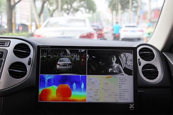 图森互联搭建的自动驾驶的平台,硬件部分有五个摄像头,一个前向双目,左右车角和左A柱(检测侧面盲区)各一个单目,以及一个对内单目(驾驶员疲劳检测),软件算法正在乘用车车载PC端测试