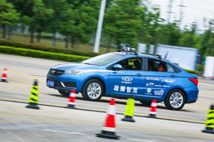 参观者试驾奇瑞第三代智能汽车