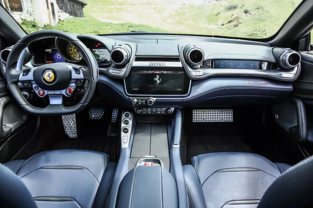 法拉利 GTC4 Lusso 的副驾驶显示屏