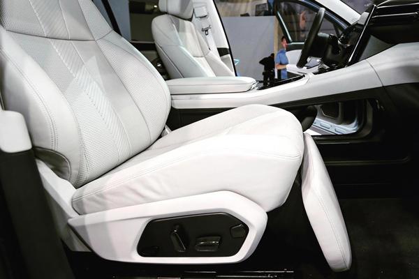 蔚来ES8的副驾座椅设计