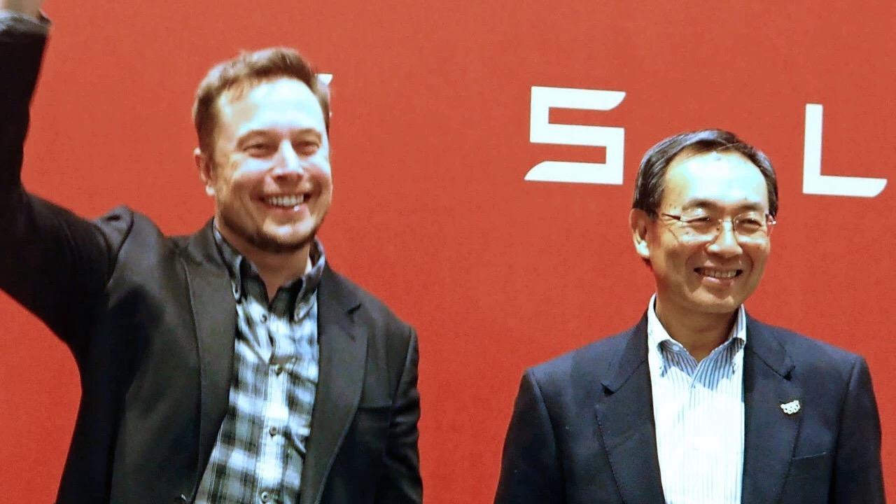 特斯拉创始人马斯克(左)和松下CEO津贺一宏(右)