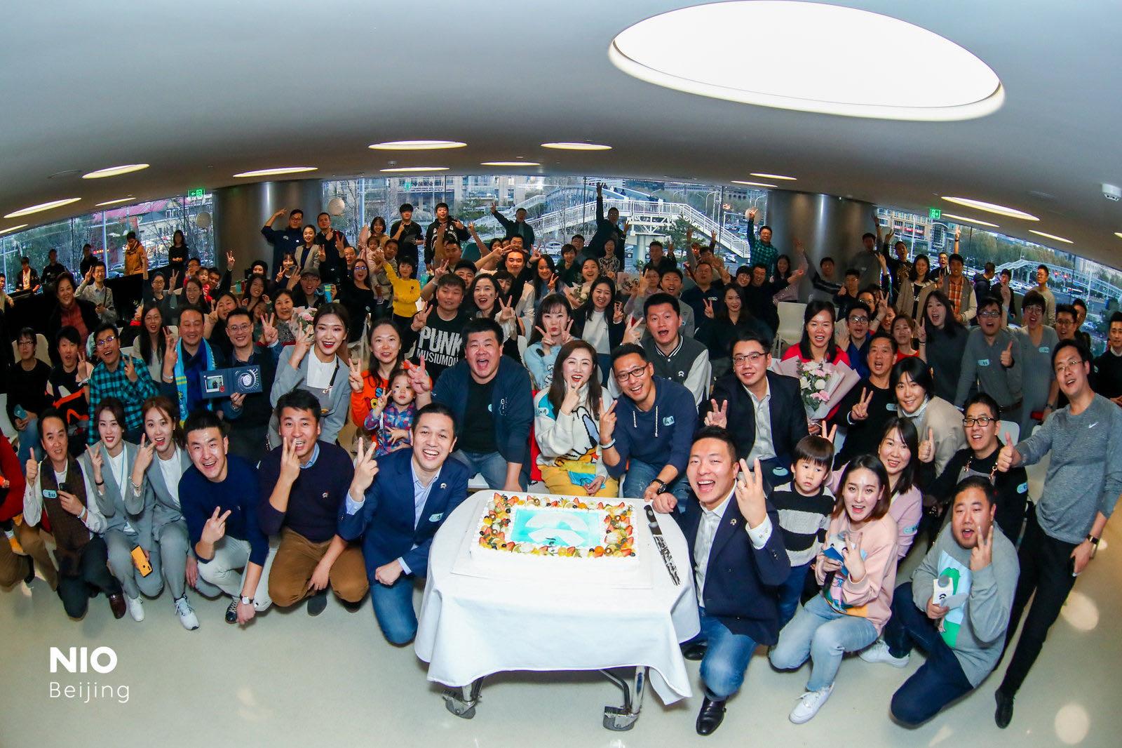 李斌与蔚来车主共同庆祝东方广场蔚来中心成立两周年