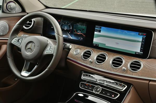 2017款梅赛德斯-奔驰E级轿车的仪表与车载娱乐信息系统已经开始有融合交互