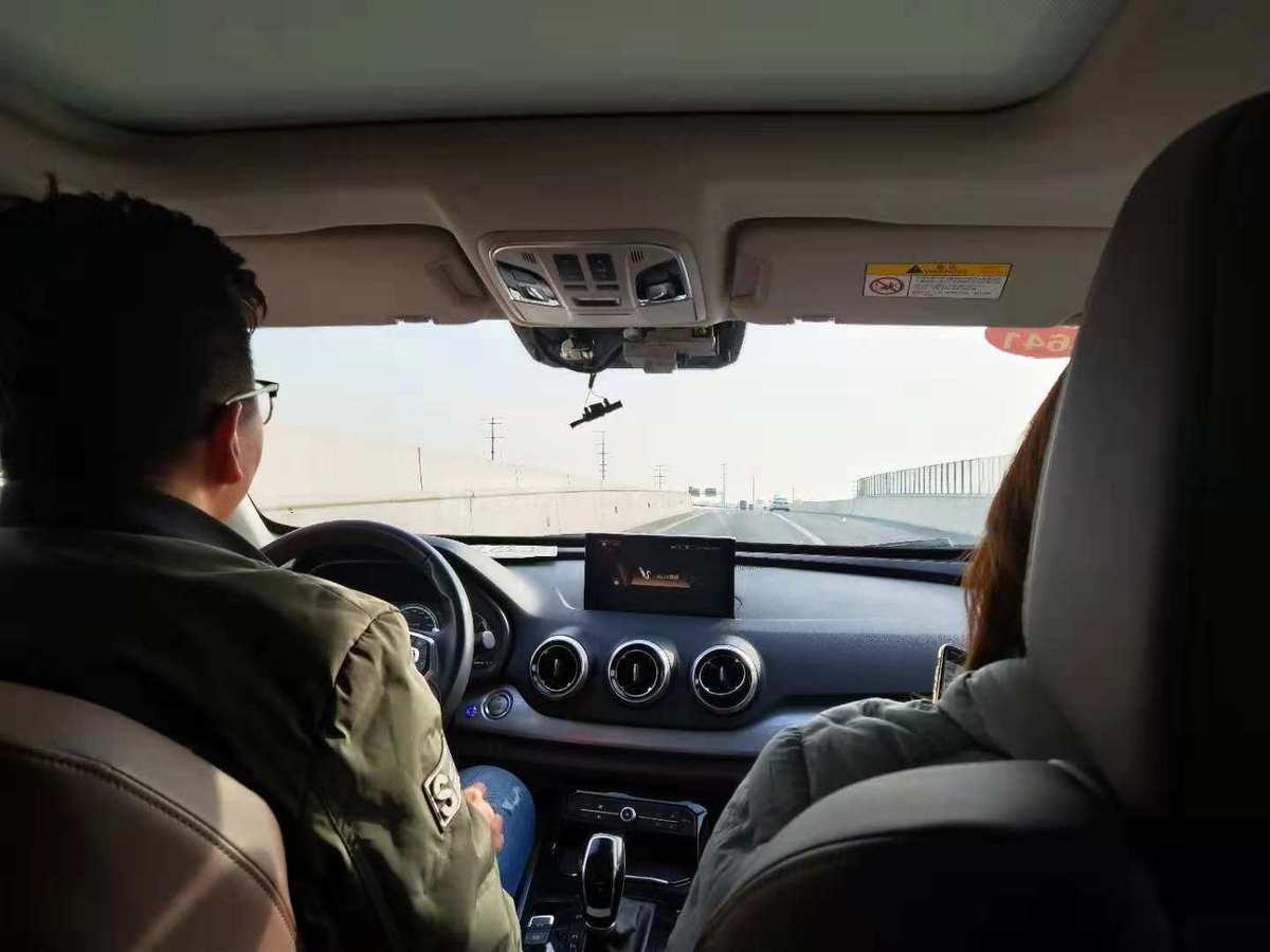 图为测试车辆行驶在高速公路上