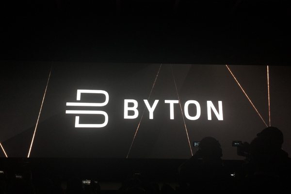 毕福康告诉车云,BYTON 品牌的产品定位是下一代智能终端, 核心亮点之一是全新的用户界面。在发布会期间, BYTON 的用户界面也首次对外发布。主要包括几个核心要素: 第一、长 125 厘米,高 25 厘米的共享体验屏(Shared Experience Display,即 SED),屏幕显示内容可与车内其他乘客共享。 第二、触摸式方向盘(Touch Wheel),可以让驾驶员实时操控 SED,同时保证安全性。这一设计在此前的量产车和概念车上并未出现过。 第三、手势识别、 人脸识别、情绪识别等功能,提