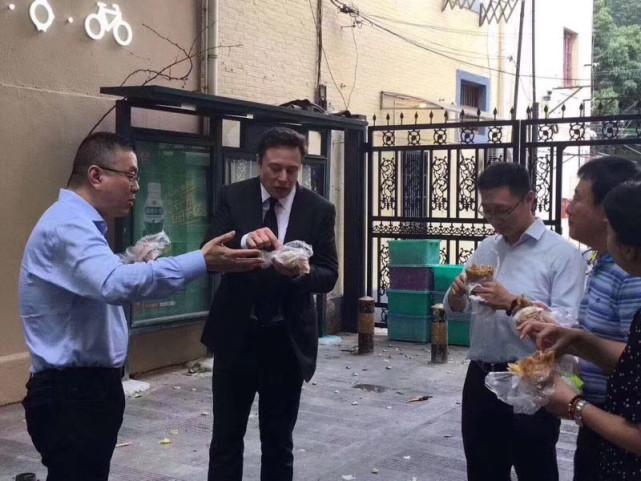 马斯克街头品尝中国美食——煎饼果子