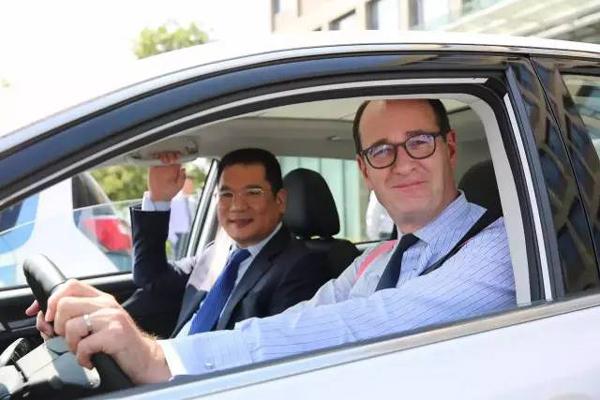 福特汽车公司集团副总裁兼亚太区总裁傅礼德先生(图右)和安徽众泰汽车股份有限公司董事长兼总裁金浙勇先生(图左)