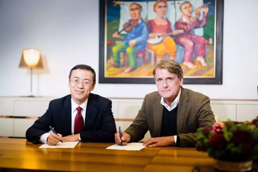 李东辉先生(左)与Christer Gardell先生(右) 签署股权收购协议