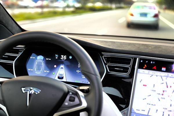 """我们测试的这辆Model X不但可以在驾驶员的""""辅助""""下自动驾驶,而且还能进行""""自动""""超车,当然,超车的这个命令还是要驾驶员发出的。"""