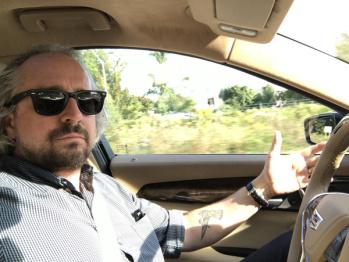 我们体验了三款最热版自动驾驶系统,比拼结果竟然是...