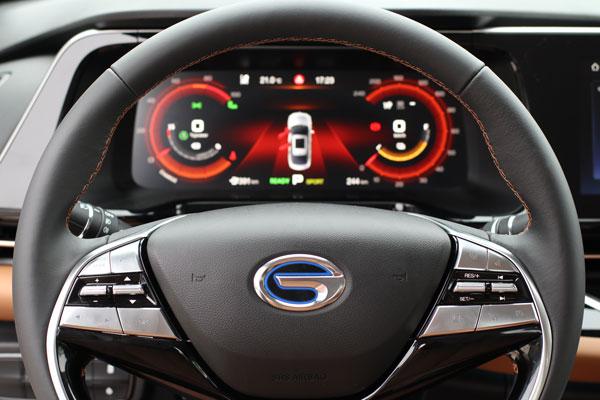 方向盘右侧多功能按键为辅助驾驶功能控制区