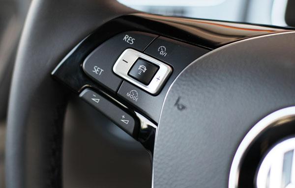 七代半高尔夫上的ADAS系统,按一下SET,开启车道保持功能,按一下右上角的O/I按键,则启动跟车功能,加减号可以对设定速度进行微调,加减号中间的按键设定跟车距离(显示屏显示设定结果),RES和SET按键可以对设定车速进行整数调整,右下角的MODE按键设定最高车速。