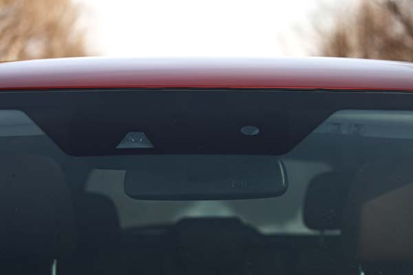 车头负责识别路面车道线和障碍的摄像头