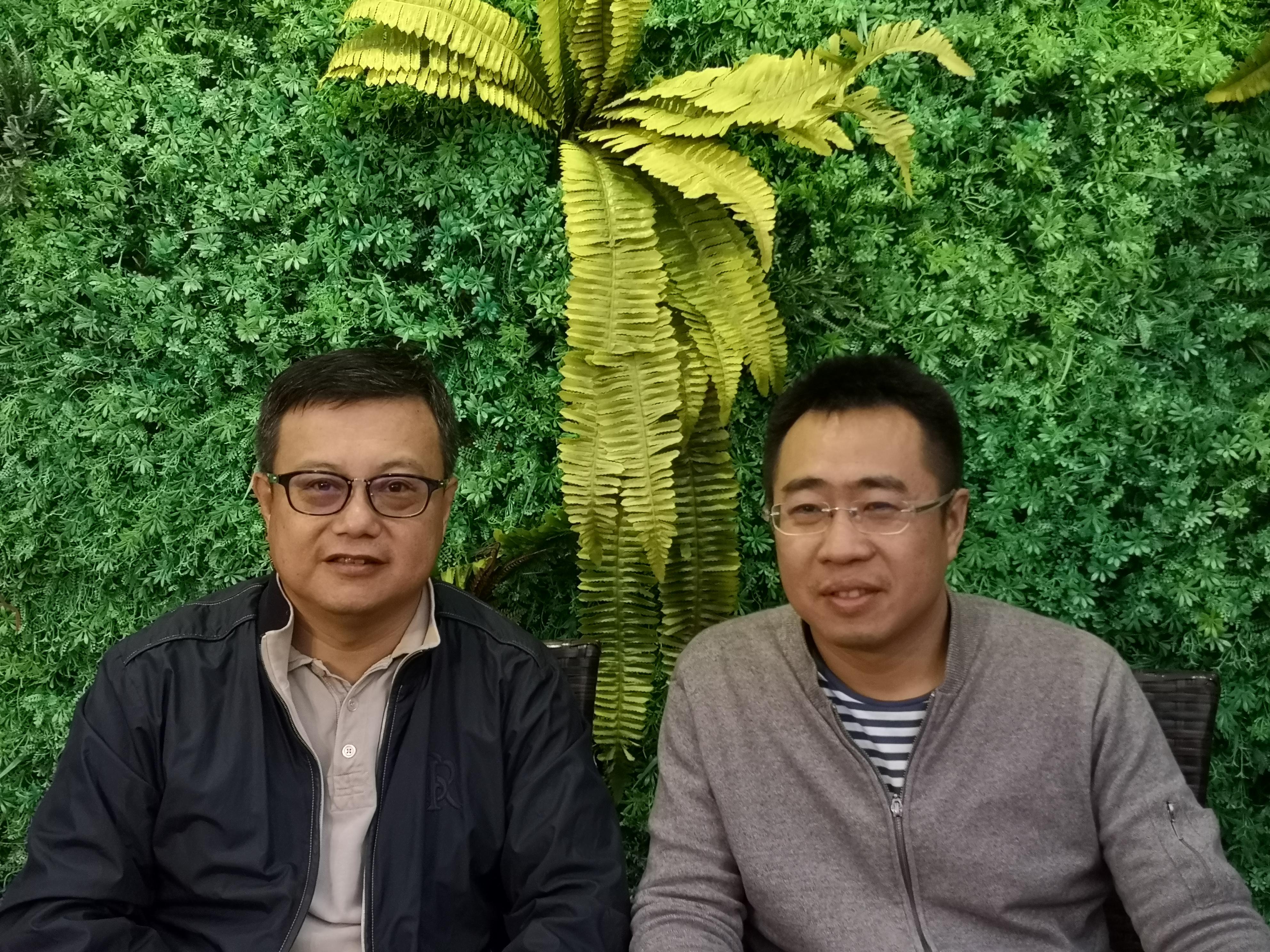 天际汽车CEO张海亮(左)与车云网创始人程李(右)合影