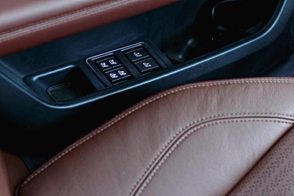 后排座椅相对独立的按摩功能控制区