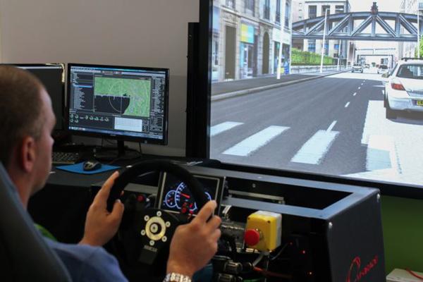 VI-grade这套物理模拟器可以对低层级的自动驾驶系统进行虚拟测试,其中需要人类驾驶员在紧急时刻进行操作接管