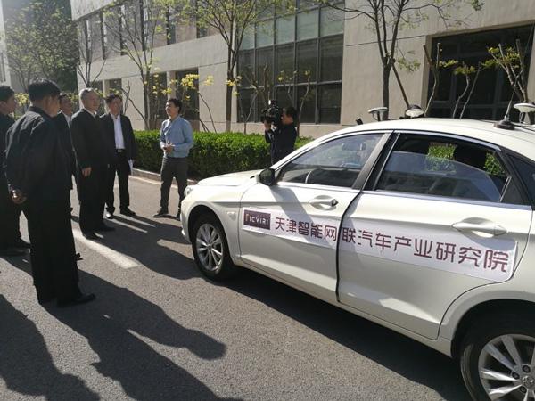 政府领导参观清智自动驾驶原型车