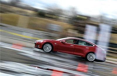 特斯拉汽车第三季度同比扭亏 近三年来首次盈利