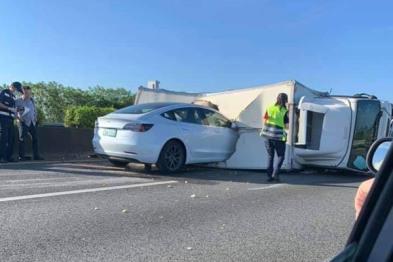 特斯拉疑因自动驾驶未识别,高速撞上侧翻货车